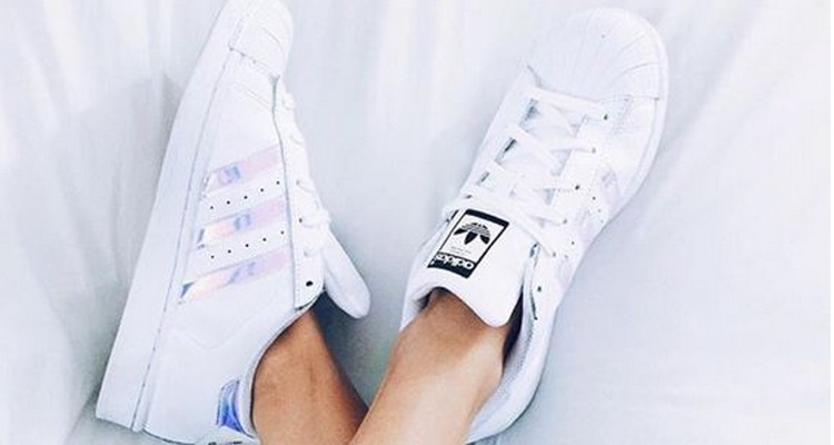 Pé no chão, looks fresquinhos com tênis.